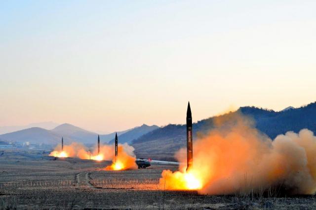 朝鮮人民軍戦略軍火星砲兵部隊の弾道ミサイル発射訓練で発射される4基のミサイル。朝鮮中央通信が3月7日報じた=朝鮮通信