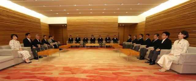 閣議の前、閣僚応接室に集まった安倍首相と閣僚=2015年10月、首相官邸