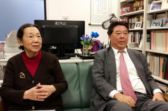周秉宜さん(左)、任長安さん夫婦=2017年4月17日、法政大学で
