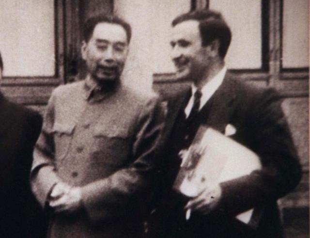 ロイター通信の特派員と写真におさまる周恩来。ロイターの写真説明では「特派員の間でも、周恩来総理は優しく尊敬すべき人物だと認識されていました」と記されている