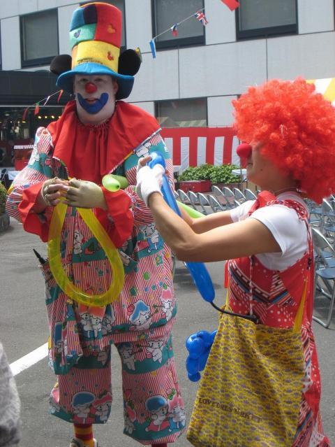 日本のフリーメイソンが開催した「メソニック子供まつり」に登場したピエロ。本場すぎて少し怖い