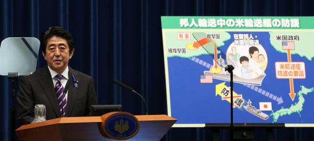 集団的自衛権の行使を容認する閣議決定をした後、会見する安倍晋三首相=2014年7月、首相官邸