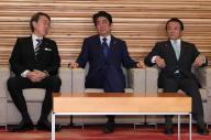 閣議に臨む安倍晋三首相(中央)=2017年4月、首相官邸