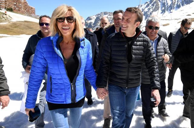 青系統の色がお好きなんでしょうか。大統領選の運動でピレネー山脈にある地域を訪ねたブリジットさんとマクロン氏=2017年4月13日