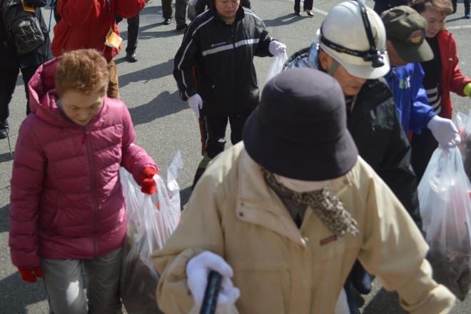 弾道ミサイル落下を想定した訓練で、公民館に続々と集まる住民たち=3月17日、秋田県男鹿市北浦