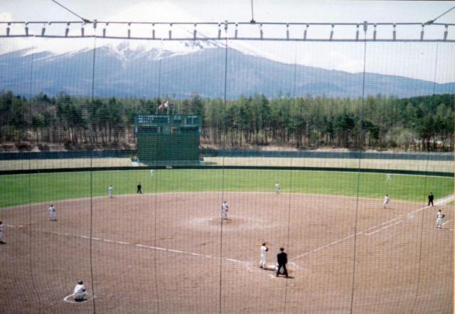 外野に富士山を望む富士北麓公園野球場