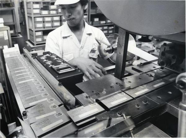 次々に作られるクレジットカード。1988年3月末に日本のクレジットカード数が約1億2千万枚になり、ほぼ人口に匹敵するまでになった