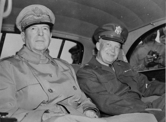 連合国軍最高司令官・マッカーサー元帥(左)。隣は来日した米陸軍参謀長アイゼンハワー元帥(1946年撮影)