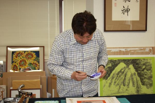 アトリエで絵を描く王昭さん