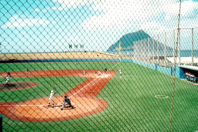 ライト後方に八丈小島と海が見える南原スポーツ公園野球場(東京都八丈町)