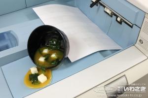 なんでプリンタの上にみそ汁がぁぁ! 食品サンプルのドッキリが話題