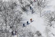 雪崩があった斜面で現場検証する捜査員ら=3月30日、栃木県那須町