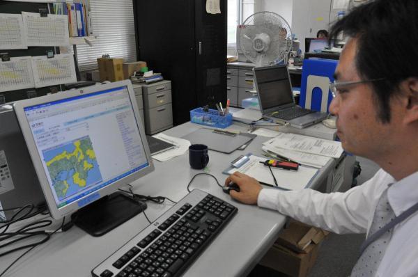 気象庁のホームページで市町村別の警報・注意報を確認する京都地方気象台の職員