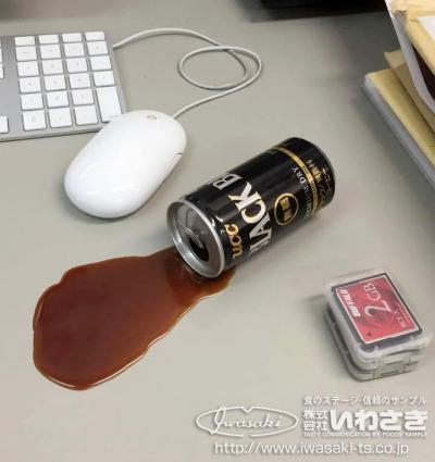 こちらも、こぼれたコーヒーは食品サンプルです