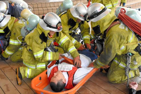 救助訓練をする消防の救急隊員=2016年5月、仙台市青葉区