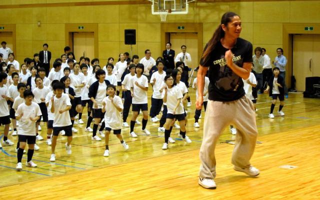 TRFのSAMさんが、神奈川県内の中学1年生にダンスを指導 =2013年4月23日