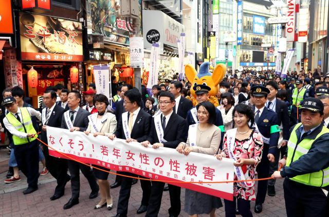 街頭パレードをする、くるみんアロマさん(手前右から2人目)ら参加者たち=4月26日、東京都渋谷区、林敏行撮影