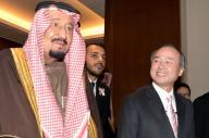 ソフトバンクグループの孫正義社長と会談したサウジアラビアのサルマン国王(中央左)=3月14日、東京都千代田区