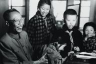 ラストエンペラー愛新覚羅・溥儀(左)と幼少期の王昭氏(右二)兄弟たち