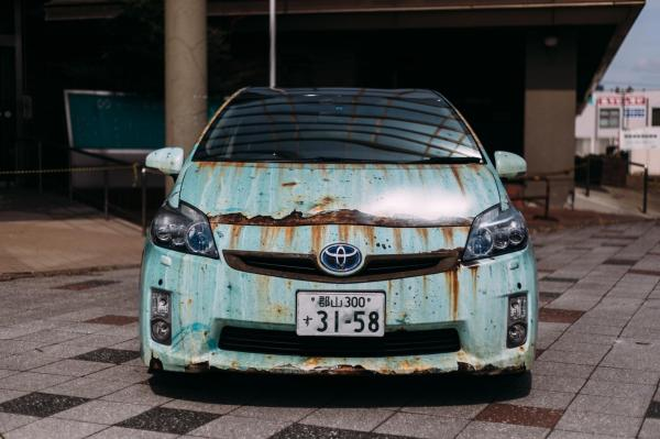 ボロボロに見えるプリウス。実はインクジェットでシートにサビの模様を印刷して、貼り付けてある=Photo by Takinosuke Ara