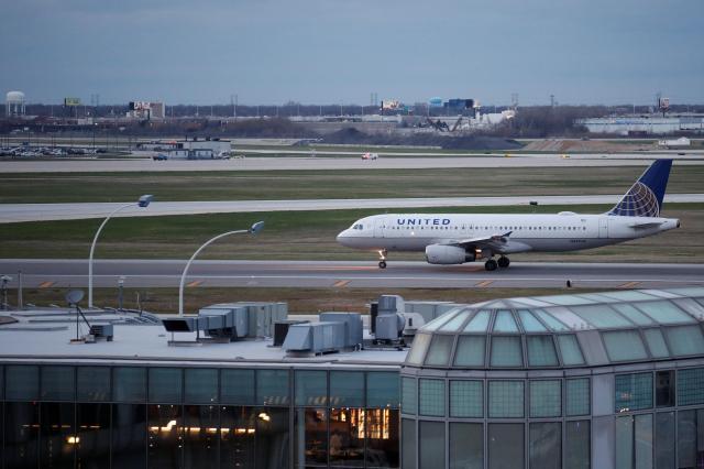 シカゴの空港で運航するユナイテッド航空の飛行機