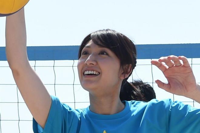 ビーチバレーの指導をする浅尾美和さん=日本ビーチ文化振興協会提供