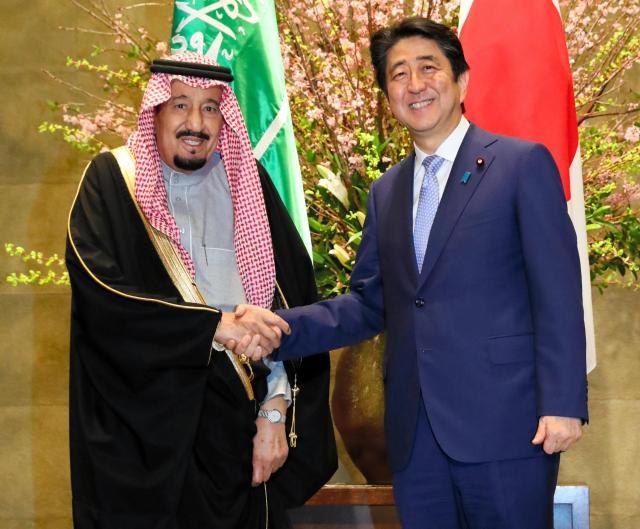 首相官邸を訪れたサルマン・サウジアラビア国王(左)と握手する安倍晋三首相=3月13日夕、岩下毅撮影