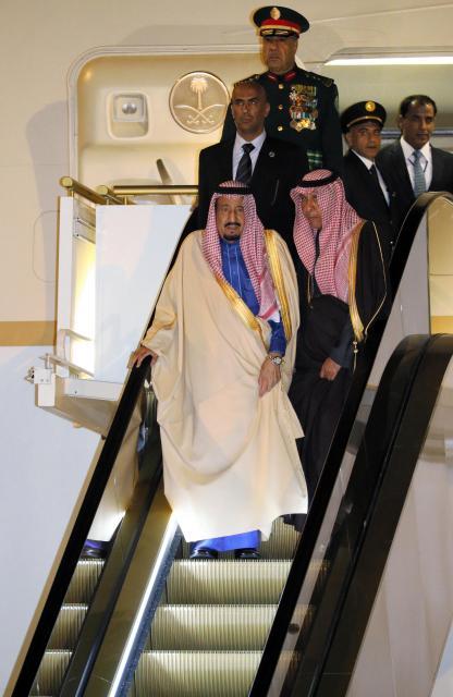 羽田空港に着き、サウジアラビア側が事前に持ち込んだエスカレーター式の特製タラップで専用機を降りるサウジのサルマン国王=3月12日夜、飯塚晋一撮影