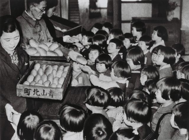 天長節に東京・赤坂区の乃木国民学校でコッペパンが配布された=1944年4月29日