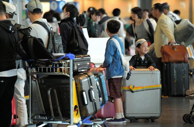 成田空港はゴールデンウィークを海外で過ごす人たちで混雑した=2017年4月28日