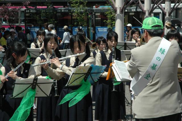 2006年、緑化推進の募金の呼びかけで吹奏楽を演奏する高校生、この時の「みどりの日」はまだ4月29日=長野県