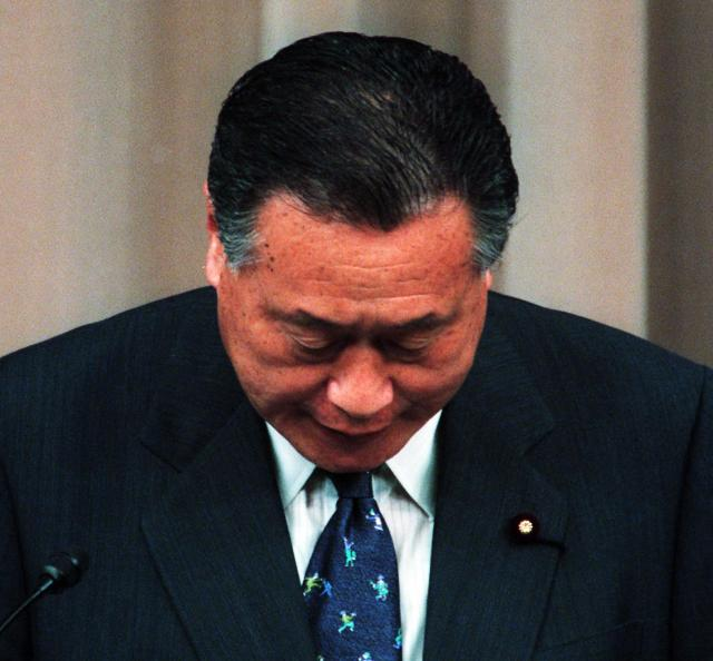 神道政治連盟国会議員懇談会の会合で「日本は天皇を中心とする神の国」などと述べた発言について、首相官邸で釈明のための記者会見をした森喜朗首相は。国民に誤解を与えたとして、記者会見の冒頭に頭をさげた=2000年5月26日
