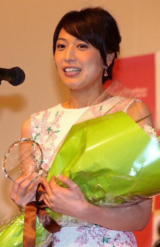 ベストマザー賞を受賞した浅尾美和さん=2016年5月6日