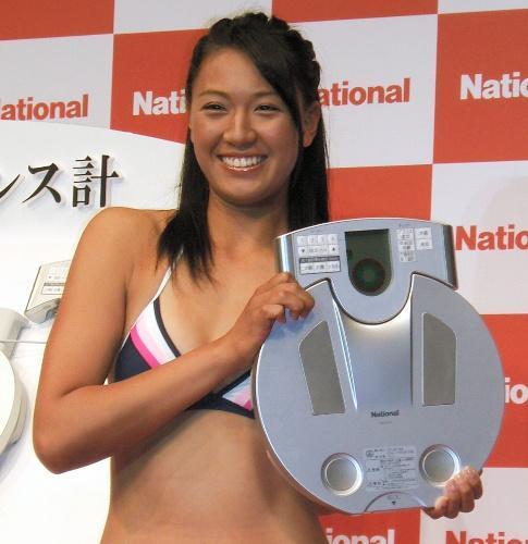 松下電器産業の新しい体重計をPRするビーチバレーの浅尾美和さん=2008年3月10日