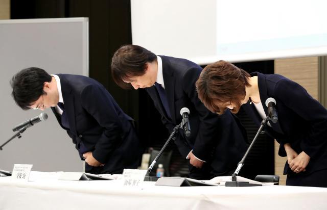 会見で謝罪するDeNAの(右から)南場智子会長、守安功社長、小林賢治経営企画本部長=2016年12月7日