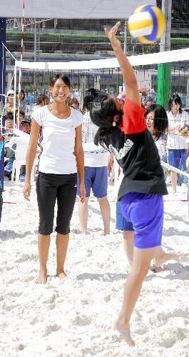 小学生に指導する浅尾美和さん=2008年9月27日