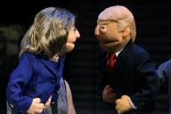 クリントン氏とトランプ大統領の人形、大統領選では「フェイクニュース」が問題になった=ロイター