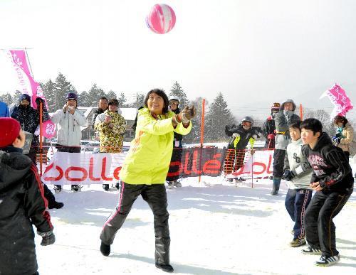 雪上バレーボールをする浅尾美和さんら=2010年12月18日、長野市戸隠