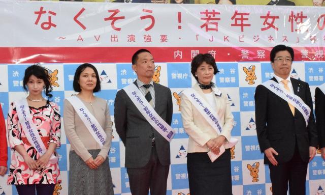 街頭パレード前の写真撮影に応じる、くるみんアロマさん(左)、ライトハウスの藤原志帆子代表(左から2人目)、加藤勝信・女性活躍担当相(右)ら参加者たち=4月26日、東京都渋谷区、高野真吾撮影