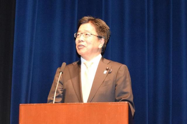 シンポジウムで話す、加藤勝信・女性活躍担当相。「若い女性の性暴力被害の根絶に向けて考える、機会にしていただきたい」と話した=4月26日、東京都世田谷区、高野真吾撮影