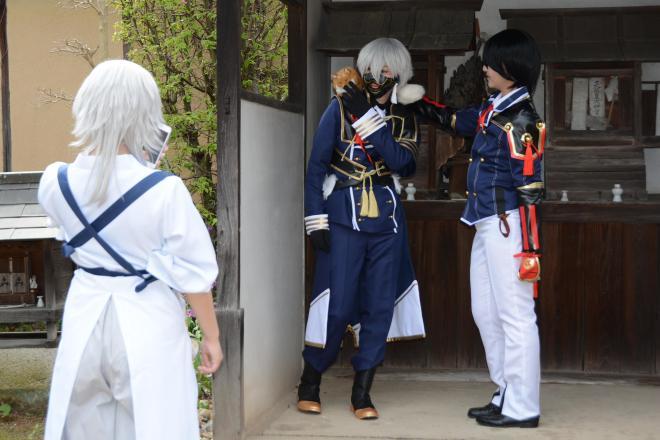 岡山県矢掛町でのコスプレイベントで撮影する参加者ら