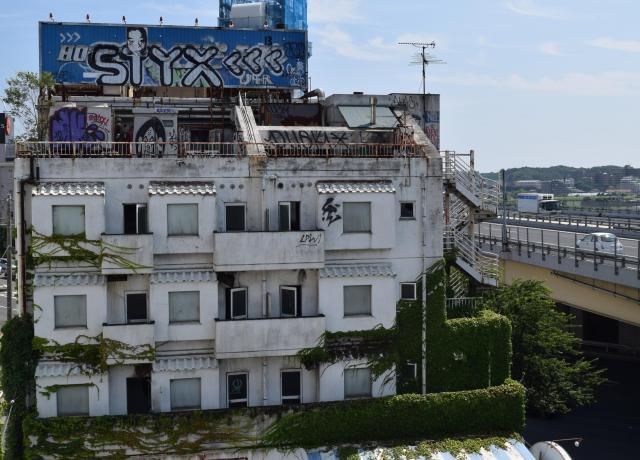 不法侵入が絶えない落書きだらけの廃業したラブホテル=2014年8月、横浜市内