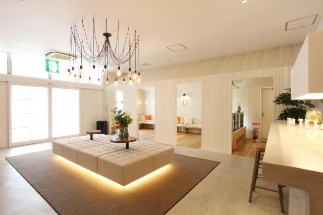 1.5億円をかけて改装した「HOTEL&SWEETS FUKUOKA」。いわゆるラブホテルには見えないロビーとなっている=福岡市