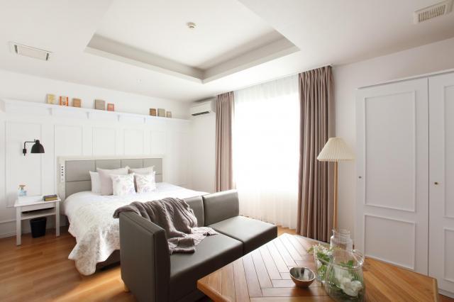1.5億円をかけて改装したラブホテル。部屋は白を基調とし、窓からは光が差し込む=福岡市