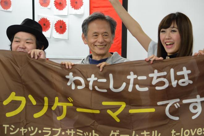 ゲームイベントに参加した仁井谷正充さん(中央)=4月29日、東京・千代田区