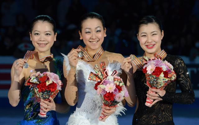 四大陸選手権の表彰台を独占した日本女子。左から2位の鈴木明子、優勝した浅田真央、3位の村上佳菜子=2013年2月10日、飯塚晋一撮影