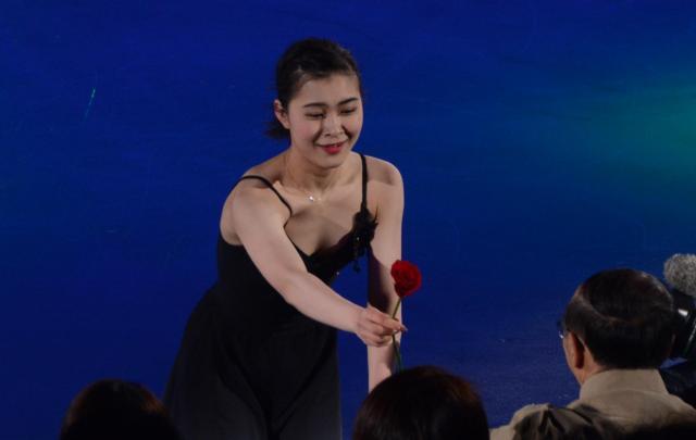 アイスショーで観客にバラを手渡す村上佳菜子さん =2017年4月29日、野田枝里子撮影