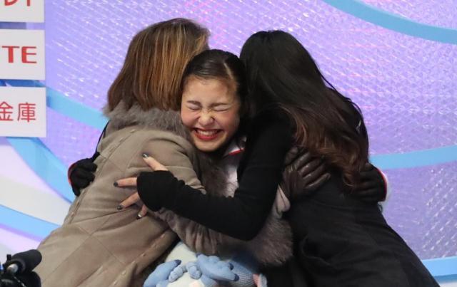 昨年全日本選手権女子フリーで演技を終え、高得点に抱き合って喜ぶ村上佳菜子=2016年12月25日、細川卓撮影
