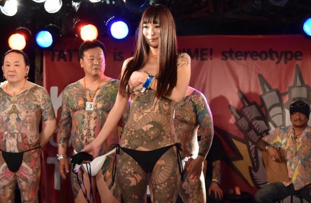 タトゥー・コンテストの全身刺青部門。右端は審査にあたる渋谷彫雅さん