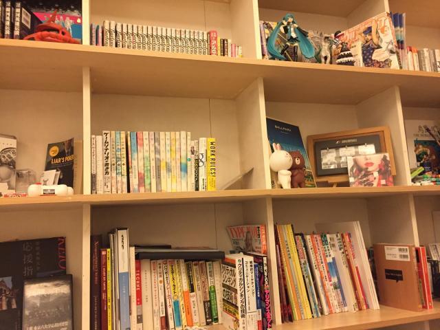 阿部さんたちのシェアハウスでは、リビングの壁際に各住人たちの本棚が。漫画あり、ビジネス本あり……それぞれの個性が垣間見える。